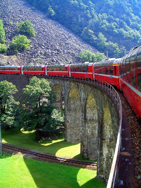 قطار وسط طبیعت